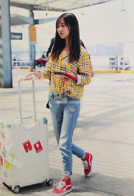 冯薪朵来机场,打扮挺休闲,颜值不输鞠婧祎和黄婷婷!