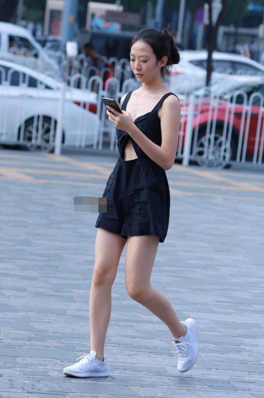 外国熟女与大吊_知性小姐姐吊带连体衣大秀饱满身材,一路低头玩手机尽显熟女范儿