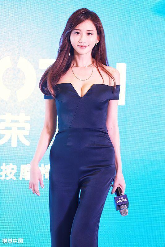 43岁林志玲一字领连体裤秀身材 撩发挥手超美图片