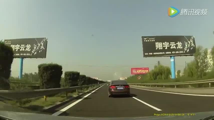 惊魂一幕:高速公路矿泉水瓶碾压后飞起砸到后车前风挡