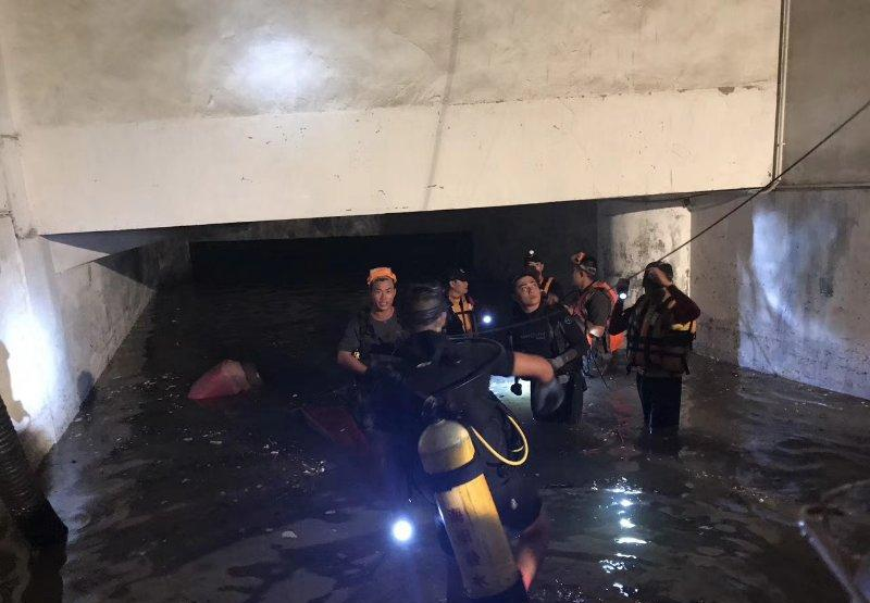台风来袭 | 作为潜水员, 他们参加救援队发明生命奇观