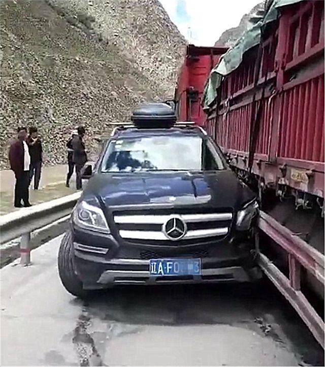 货车撞上一辆35万奔驰GLC,司机下车一看,直呼:一年白干了!