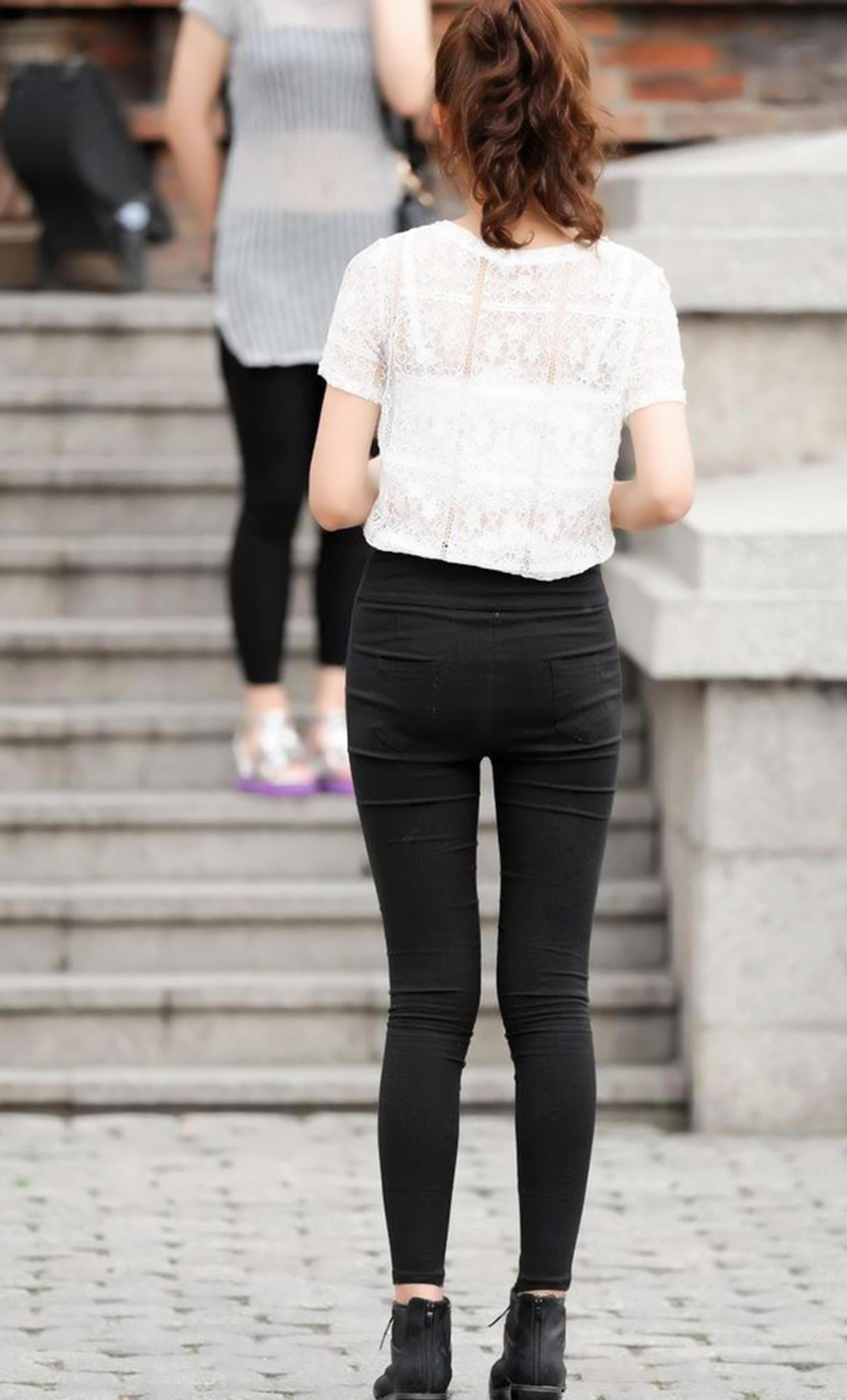 紧身牛仔裤_街拍:黑色紧身牛仔裤搭配白色t恤,身材好又漂亮的妹子