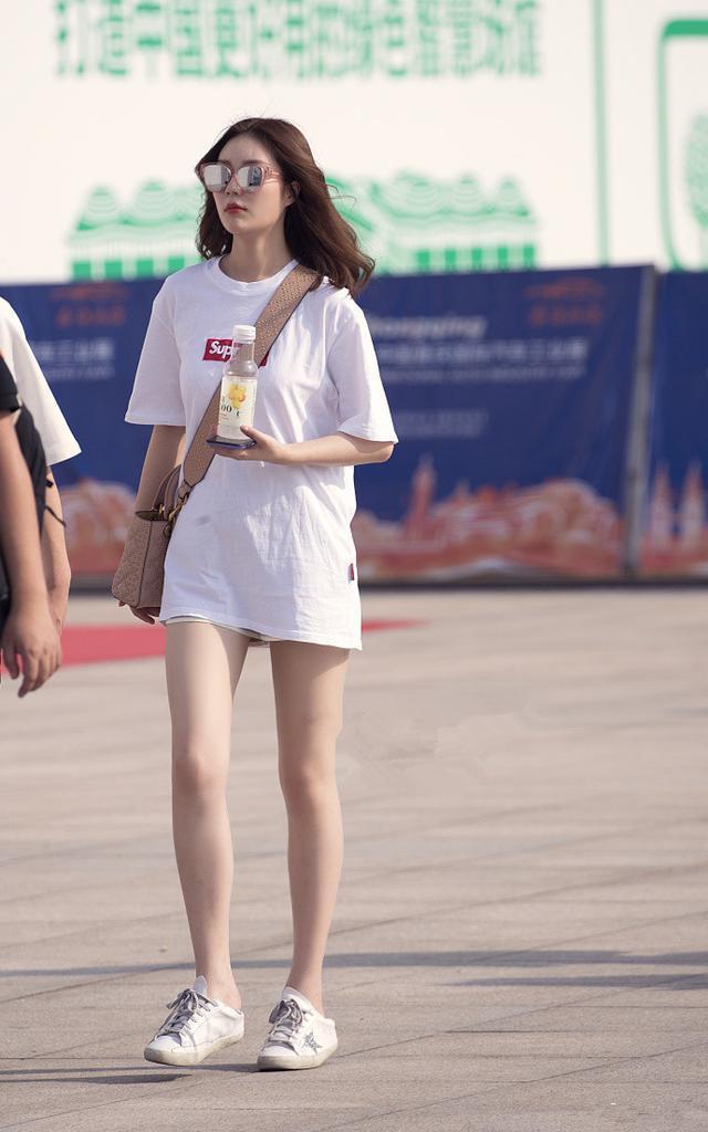 性感街拍:小路人长t恤搭配小白鞋秀出海滩的美腿,侧影性感姐姐+4v性感图片