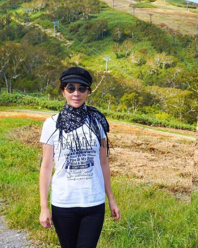 梁朝伟夫妇日本度假,52岁刘嘉玲保养得当,皮肤紧致身材凹凸