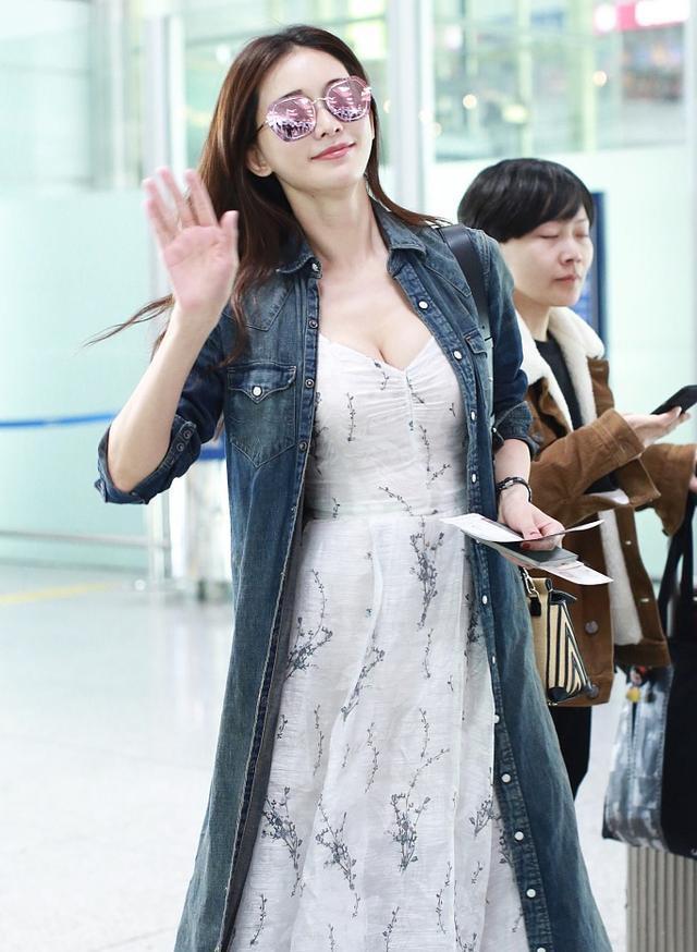 真是好有料啊,她在机场穿的这一条v领长裙尽显她傲人的上围呢,这身材图片
