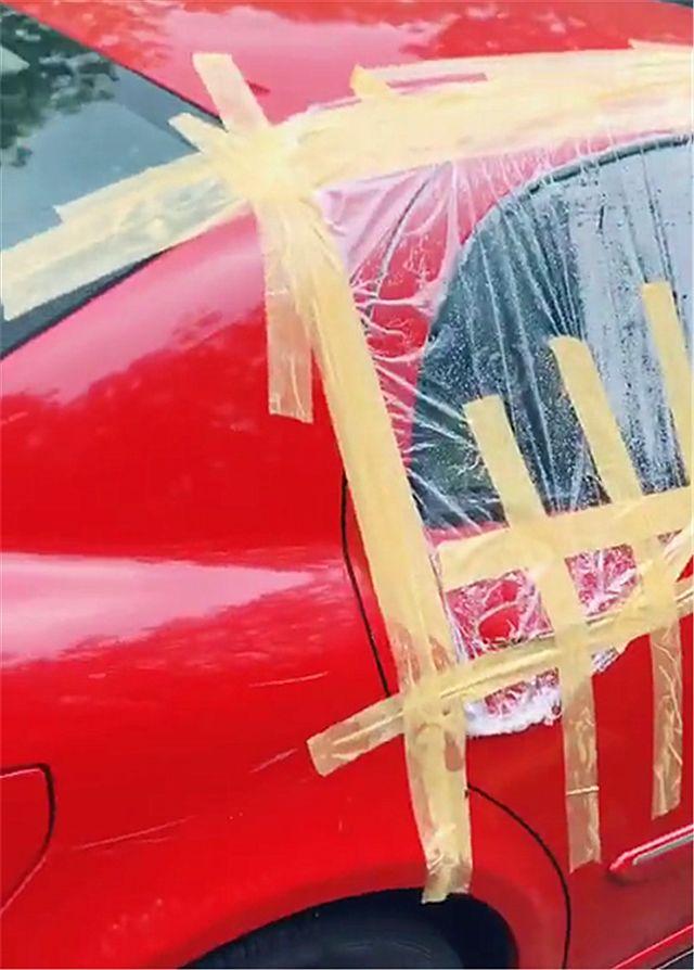 9万桑塔纳现街头,车主为避免进水,直接用胶布和胶带封车门!