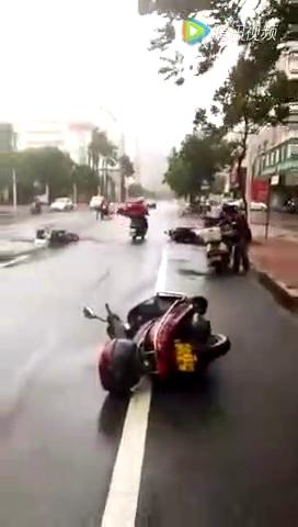 """强台风""""海马""""的威力,汽车摩托车被刮的上横七竖八!"""