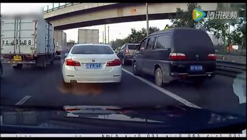 奇葩司机把头伸出窗外,瞄准宝马一番猛撞!