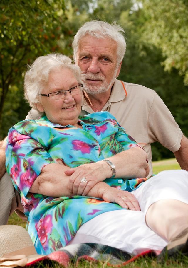 熟肥老夫妻_钻石婚上恩爱的老夫妻火了,可有多少人愿以这样携手到老?