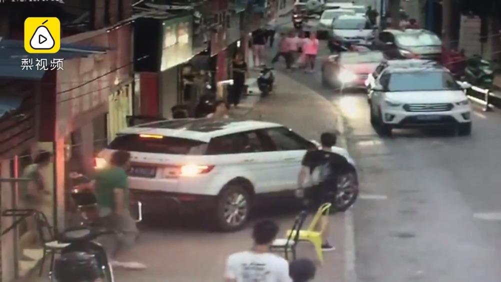 自己开车把自己撞了!挂倒挡就下车,路虎女司机瞬间被撞骨折疼晕