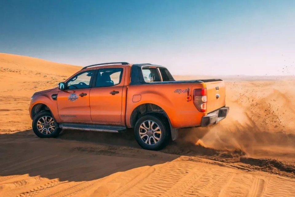 驾驶13辆皮卡车进行沙漠穿越,这才是完美的越野体验!