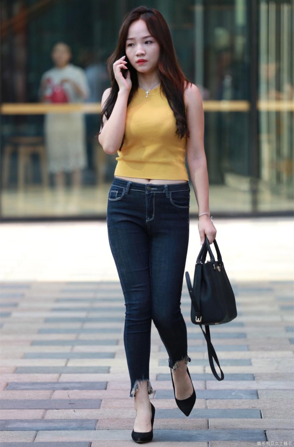 街拍: 穿搭紧身牛仔裤的美女身材正点, 姿势性感, 很
