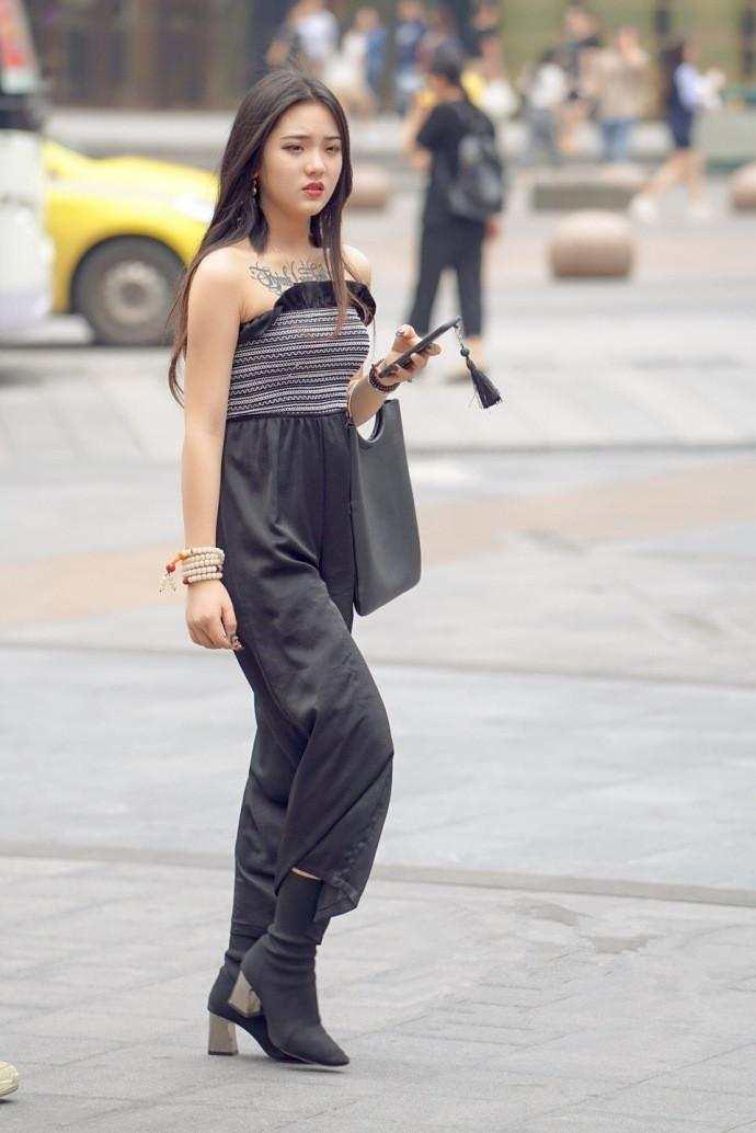 重庆街拍:气质风格的女生很少见,网友:世界欠我一个