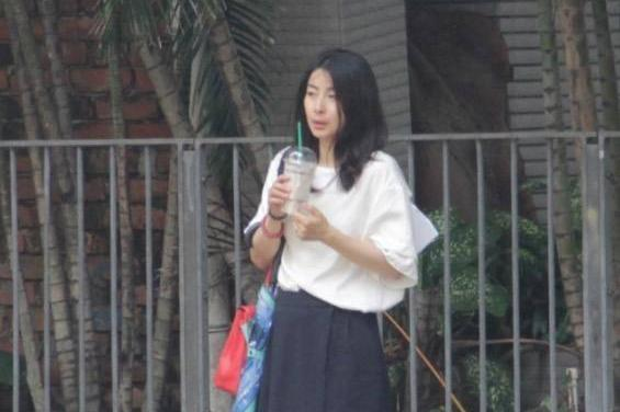 郭晶晶孤身一人街头买冷饮,1个细节显低调,网友:气质撑全场!