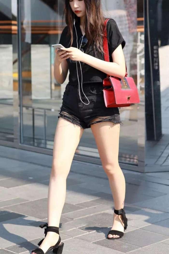 街拍时尚:宽腚短裤美女, 大白长腿, 丰臀迷人!