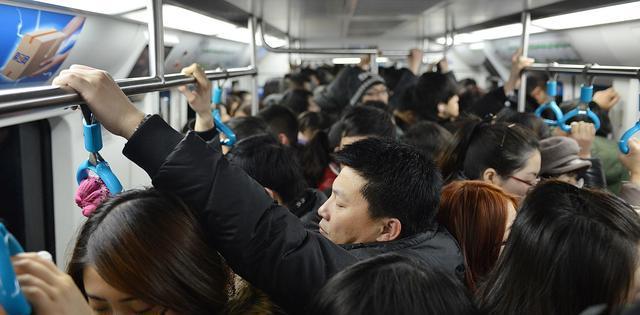 没在上海日子,你必定没见过地铁车厢里如此共同的节日气氛!
