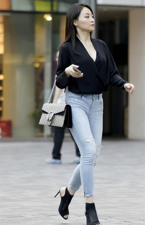 街拍牛仔紧身裤美女, 总有一个角度能满足你的心意