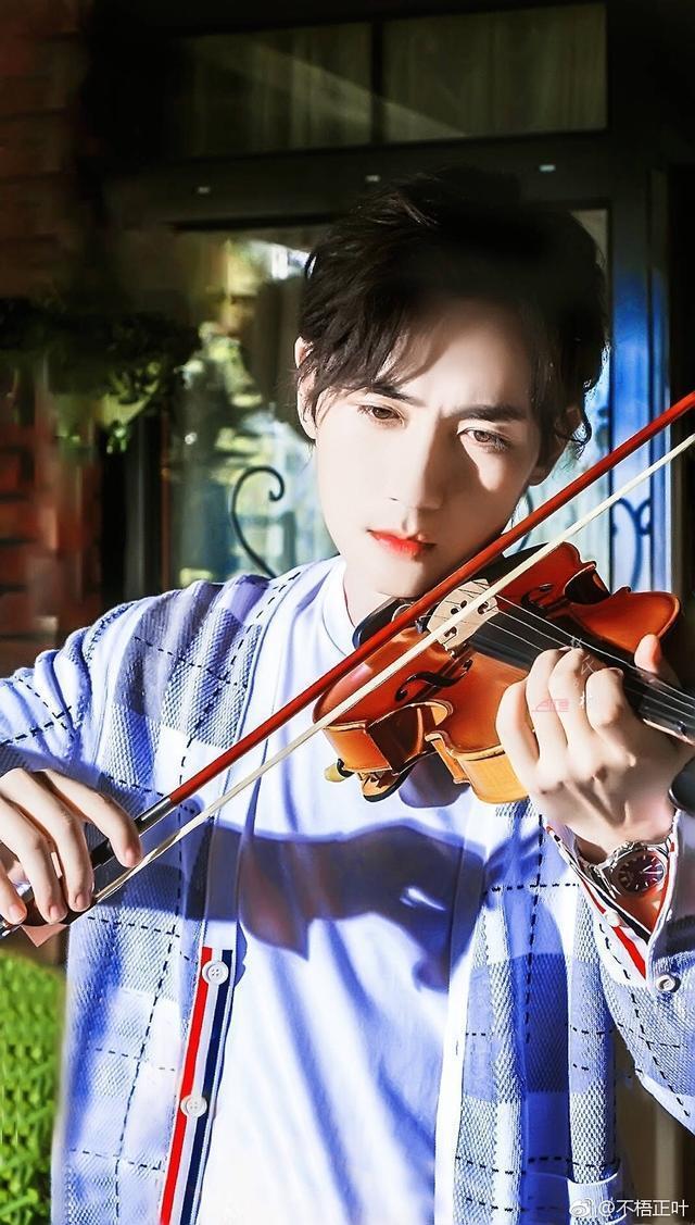 """这部剧中 朱一龙 拉小提琴的样子真是太帅了,完全不输""""沈巍"""",只能说图片"""
