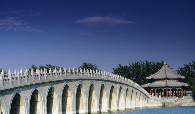 据说这是经过当年建造颐和园的设计师精心计算,使十七孔桥与南回归线的日落点呈垂直状态,所以才能在日落时同时照亮十七个桥孔,实在不得不佩服古人的非凡智慧。它的原理其实很简单,每逢冬至太阳的高度最低,一到下午黄昏日落时分,阳光就能全部照亮十七个桥孔。
