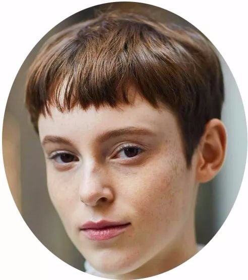 rihanna用这齐刘海短发完美诠释了性感与可爱,记得鬓角不宜留长,否则图片
