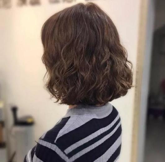 洋气的小卷发型也会很显气质, 打理也很简单图片