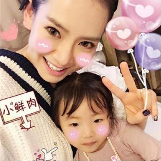 戚薇被女儿lucky叫姐姐暗爽不已,欲将其捧为中韩混血的童星