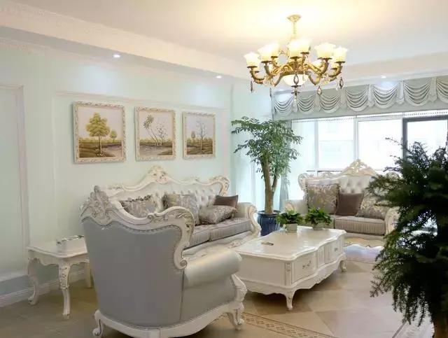 客厅的欧式家具,豪华大气,沙发和茶几都是配套购买的,这样搭配起来