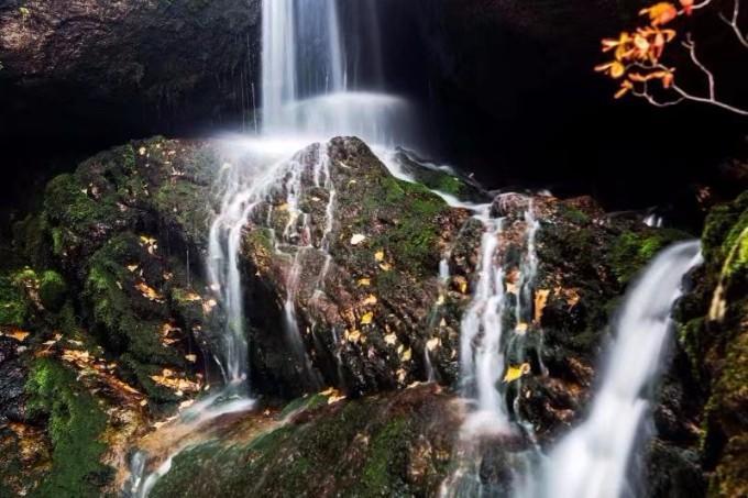 天子山风景区主要由九道石斛瀑布群,红色遗址六铺炕,朝阳洞,悬崖铁