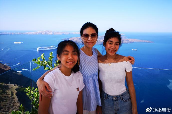 汪峰14岁女儿晒照片,和妈妈复制粘贴的相似!祝福她越长越漂亮
