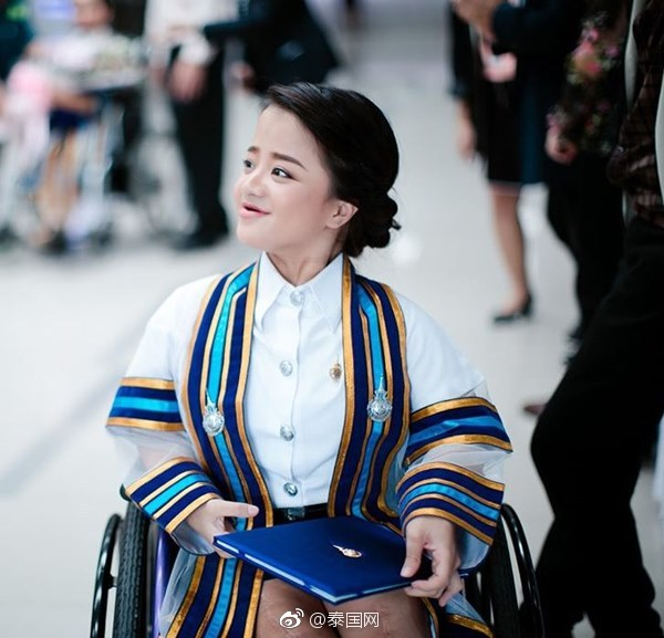 泰国身残志坚美少女笑对生活,大学毕业当公务员