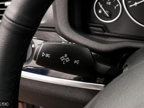 在汽车<em>制动</em>时,发出较强的红光,以示汽车紧急减速,提醒后面注意