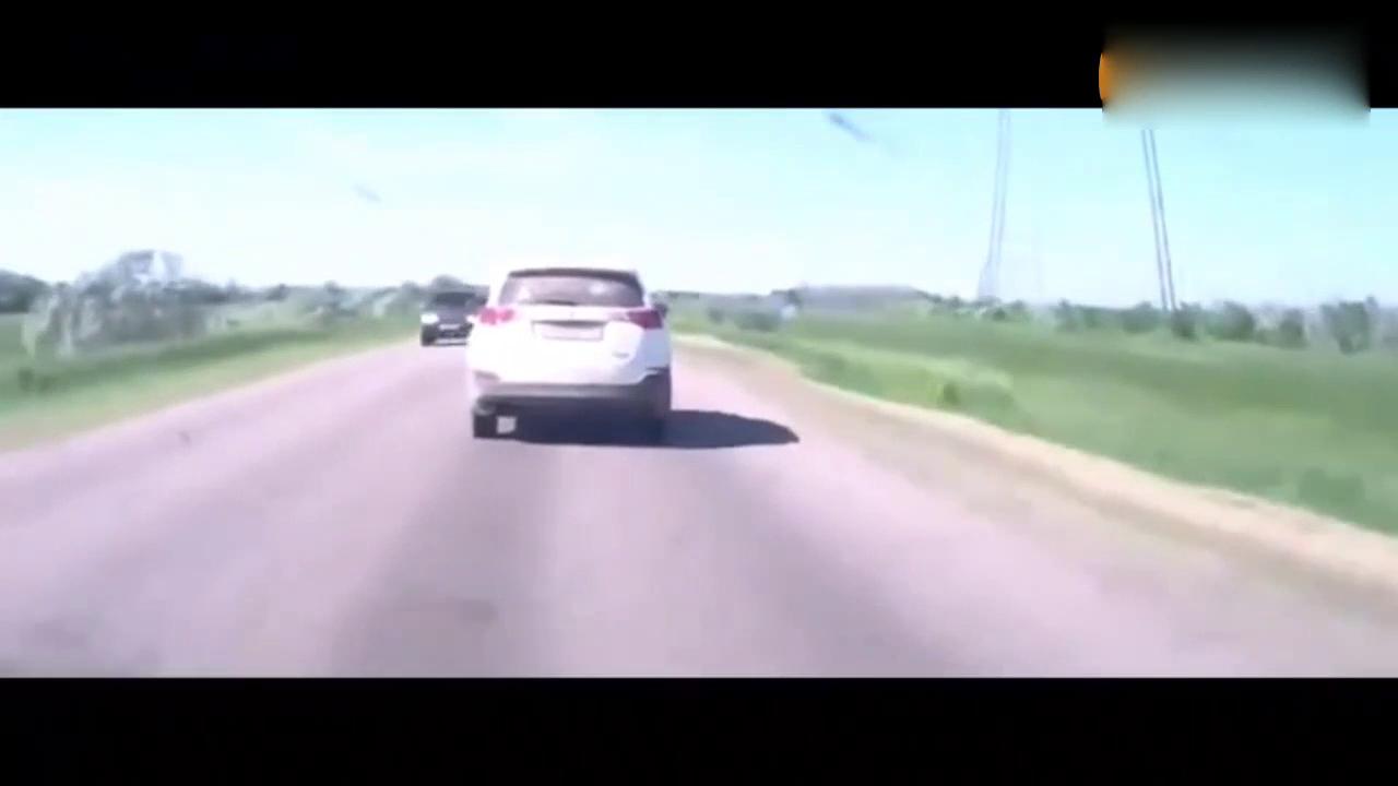 这起丰田RAV4离奇车祸 看100次也没看出原因