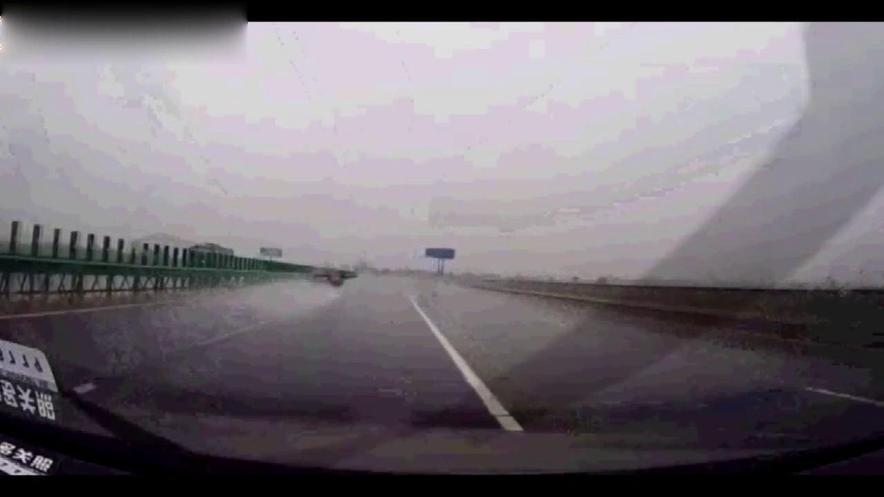 高速路下这么大暴雨路面积水本田雅阁还开这么快!不出事才怪!