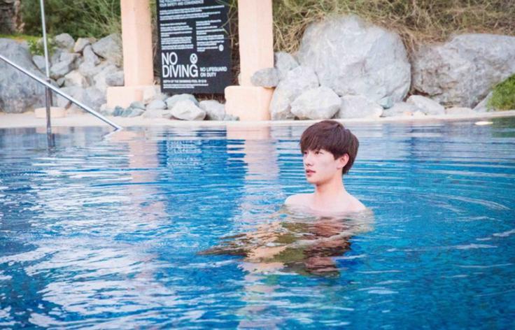 杨洋真的就是一个安静的美男子,到了游泳池头发都没湿,一脸呆萌的好像图片
