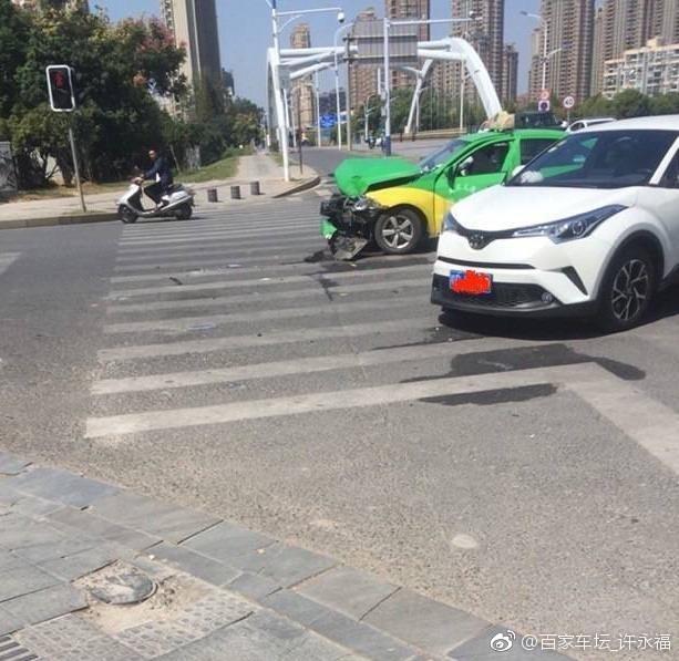 丰田C-HR撞上大众出租车,结果......