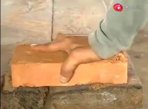 黄渤跟人比赛砌砖头,没想到农民工也各有绝活,果然是高手在民间