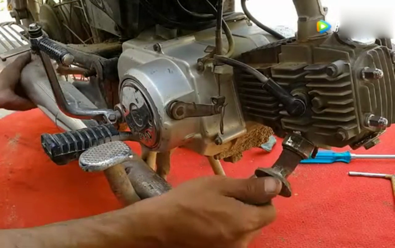 本田摩托车发动机的维修安装和测试,换好活塞和缸筒又可以用几年