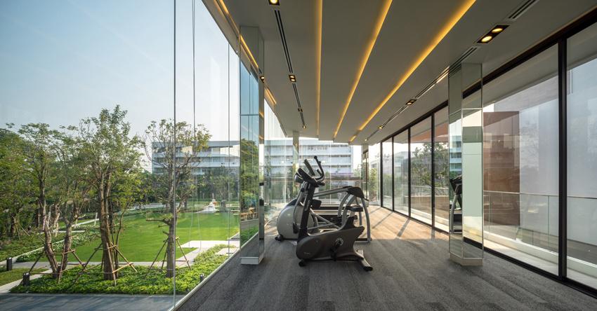 底层架空_曼谷现代住宅,底层架空让绿色相通丨forx design studio