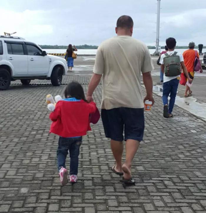 妈妈连续4年偷拍父女牵手背影,看得人心都要化了