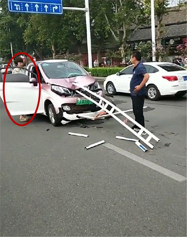 """5万众泰被栅栏""""贯穿""""车身,看到车主那一刻,就知事故原因了!"""