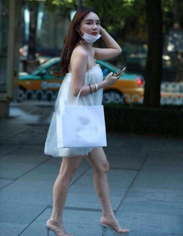 街拍: 带口罩穿蕾丝裙的小阿姨, 透透美美的