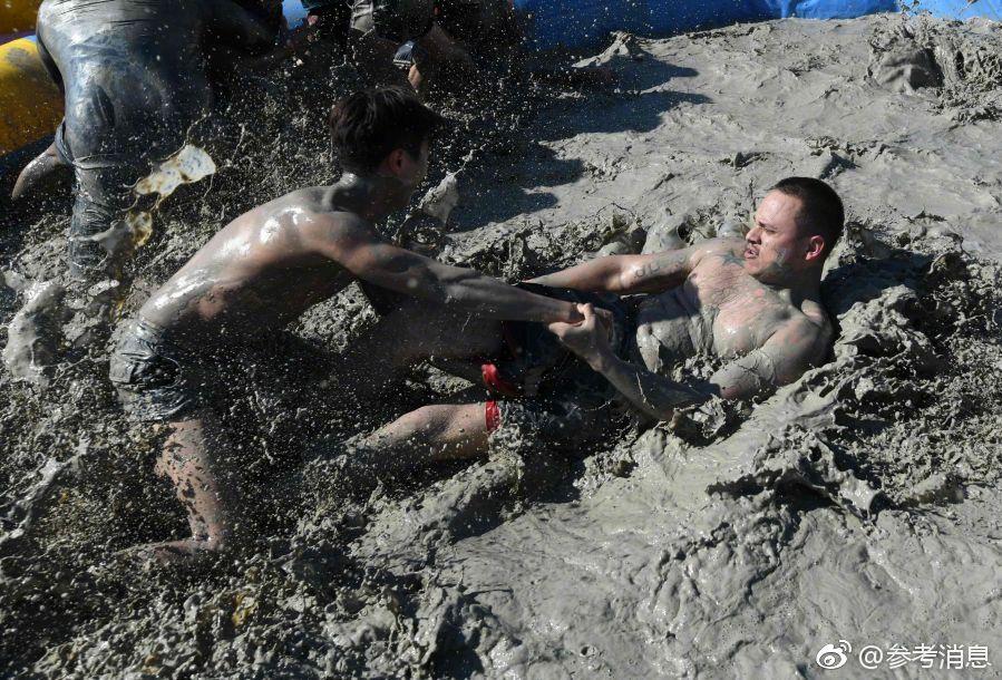 韩国保宁举办泥浆节