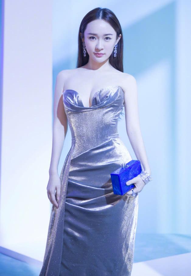 霍思燕为秀身材拼了,把裙子的方领硬折成了v领,看了都