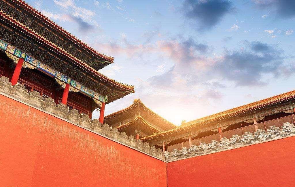 故宫宫殿建筑均是木结构,黄琉璃瓦顶,青白石底座,饰以金碧辉煌的彩画