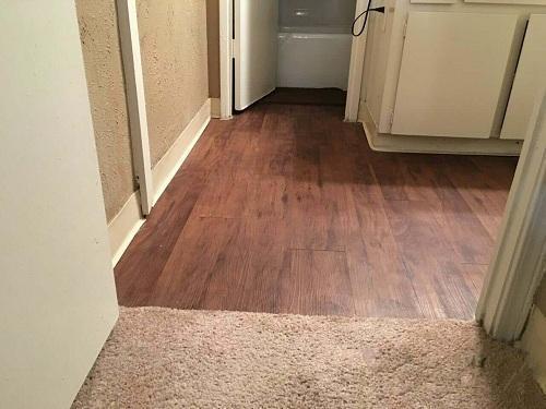 直接在瓷砖上铺木地板可以省去找平步骤,不仅省了工时还省了钱.