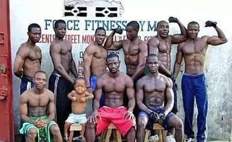 他們用一堆垃圾健身, 卻練出瞭如鑽石般閃亮的肌肉!