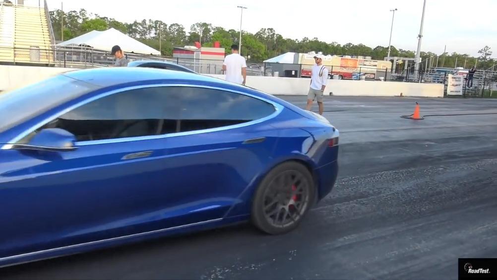 特斯拉P100D与奔驰C63S的一场直线加速赛,特斯拉快了1秒多