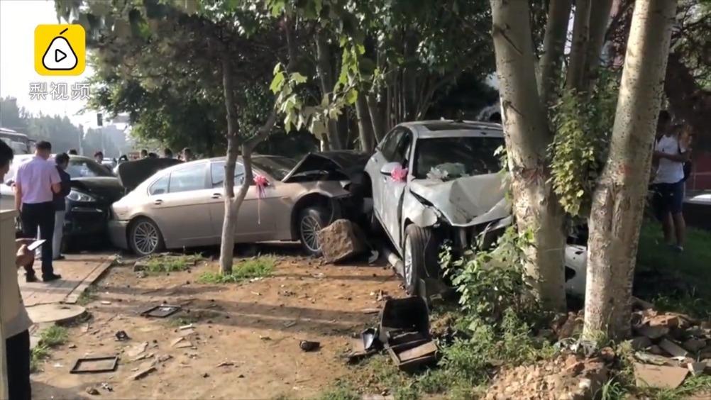 接亲途中出事故  女司机撞坏两辆宝马车