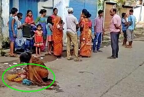 印度女子当街分娩,路人看得都傻眼,原因更是让人不堪??!